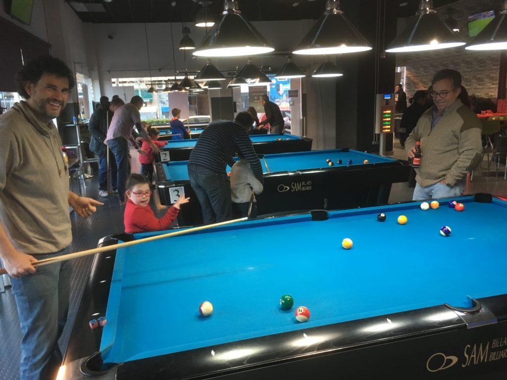 Instructores y alumnos con capacidades diversas jugando al billar